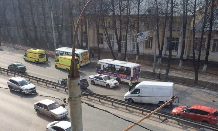 НаМосковском проспекте вЯрославле столкнулись два «пазика»