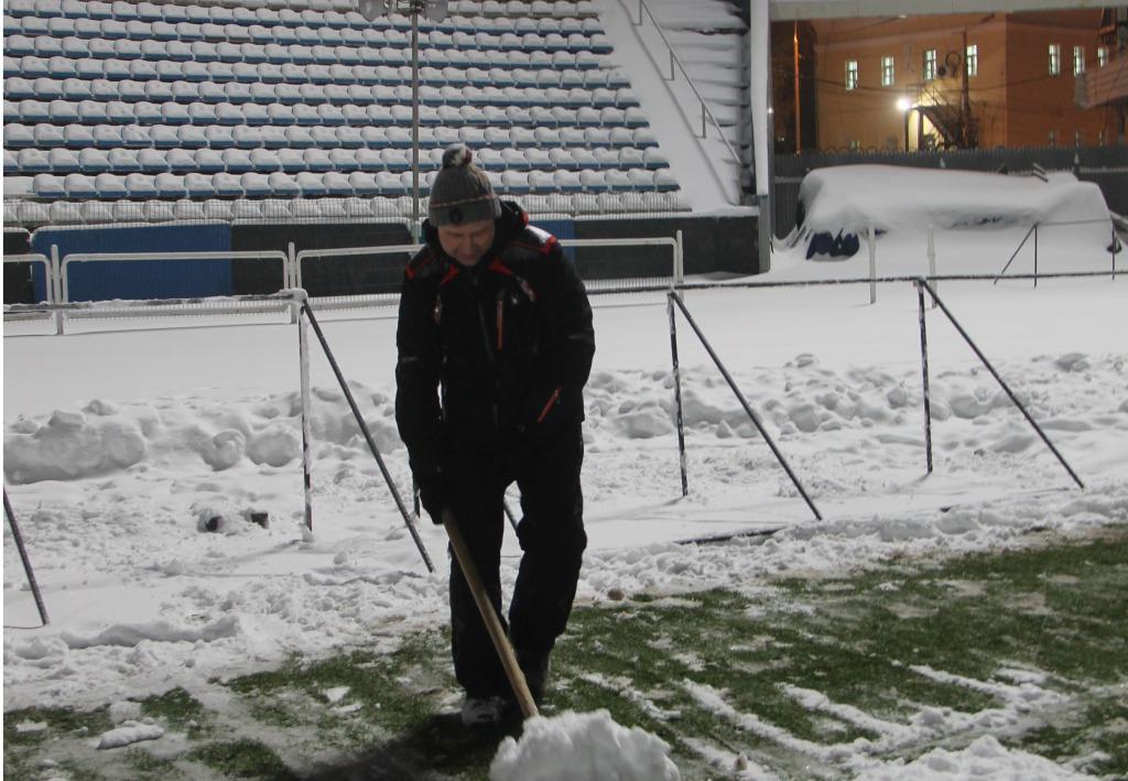 Власти Ярославля просят болельщиков помочь очистить стадион «Шинника» отснега