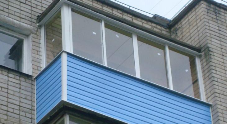 Г образный балкон.