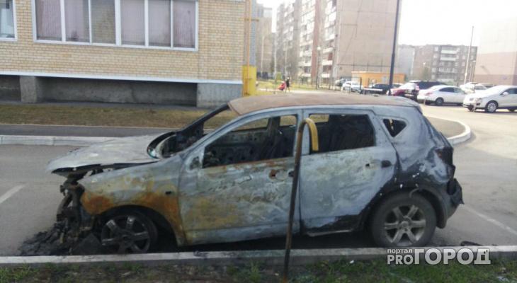 В Рыбинске подожгли два кроссовера: видео
