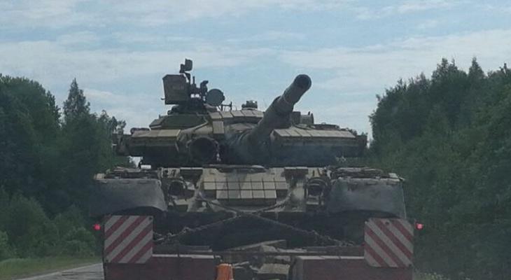 В Ярославской области на дороге встретили танк: видео