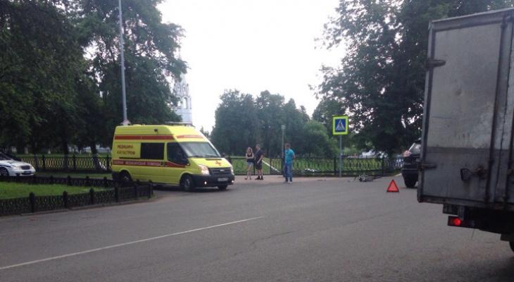 У вечного огня в Ярославле джип сшиб автомобилиста: кадры
