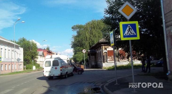 Под Ярославлем «скорая» протаранила «Оку»: кадры