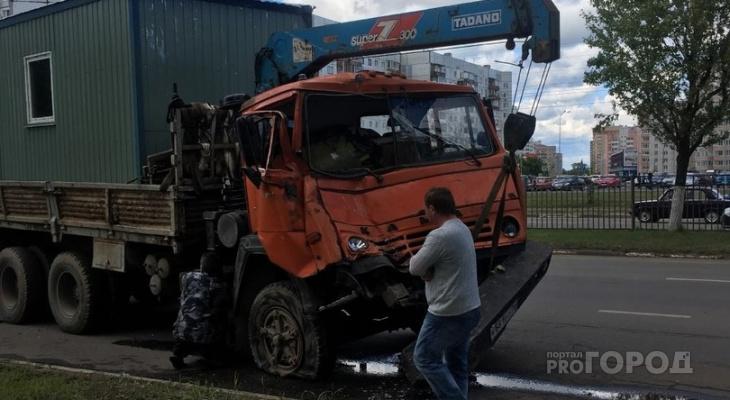 Из-за лося под Ярославлем столкнулись три грузовика