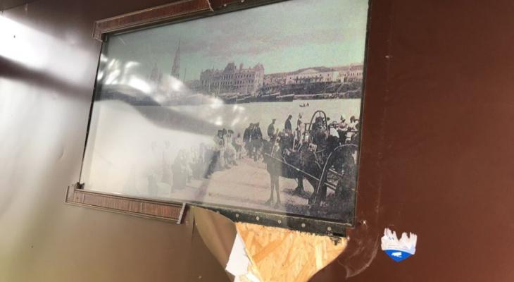 Пинали и подтягивались: в Рыбинске малолетние вандалы разнесли за ночь весь город. Фото