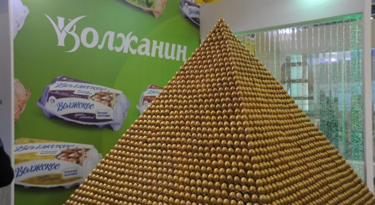 В Москве ярославцы построили гигантскую пирамиду из яиц: кадры
