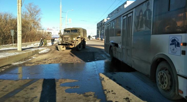 """""""Урал"""" всегда прав"""": автобус столкнулся с грузовиком в Рыбинске. Кадры"""