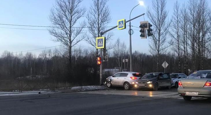 """""""Прям мистика"""": внедорожник сломал светофор в Ярославле"""