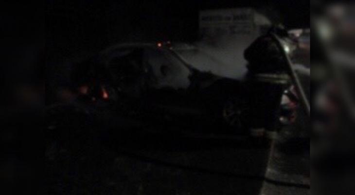 Сгорели миллионы: огонь уничтожил элитное авто в Ярославле