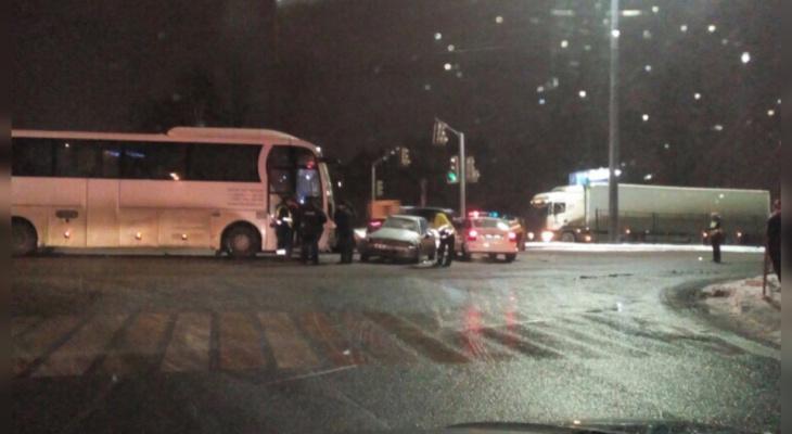 «Думал, что проскочит»: легковушка влетела в автобус в Ярославле. Видео