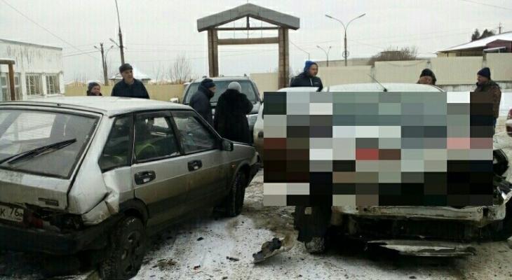 Трактор взял на таран авто и протащил по парковке под Ярославлем
