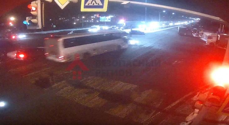 Автобус на полной скорости протаранил легковушку: видео