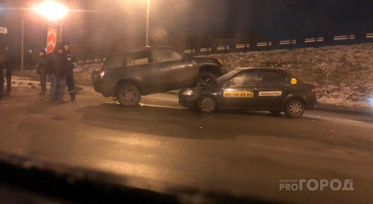 """Внедорожник """"оседлал"""" такси: подробности ночной аварии в Ярославле"""