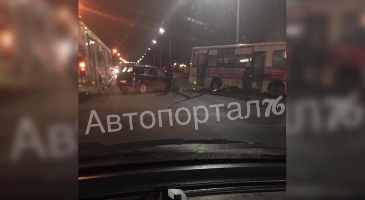 Ходите пешком: в Ярославле вновь авто врезалось в маршрутку с людьми