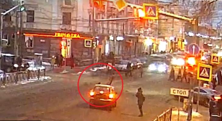 """Подмял под колеса: маму с ребенком сбил водитель, мчавший на """"красный"""" в Ярославле. Видео"""