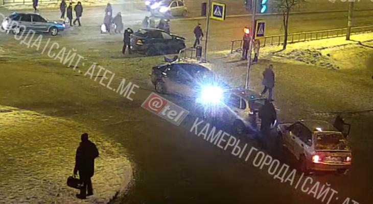 После массового ДТП иномарка отлетела в пешехода: видео из Рыбинска