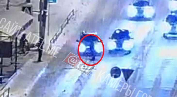 """""""Давил специально"""": водитель сбил женщину на переходе. Видео"""