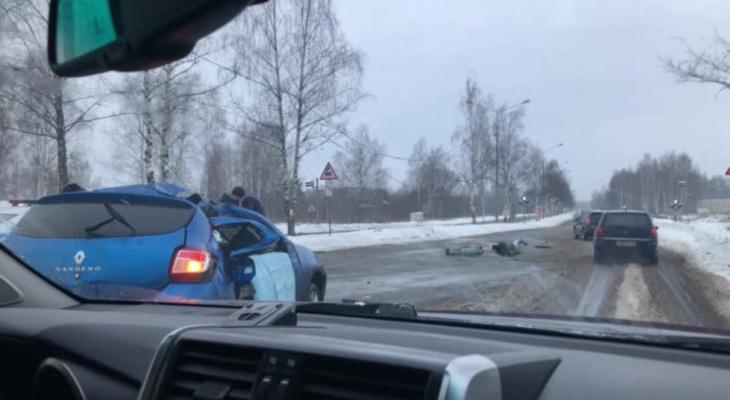 """""""Краш-тест со столбом"""": авто вылетело со встречки в Ярославле. Видео"""