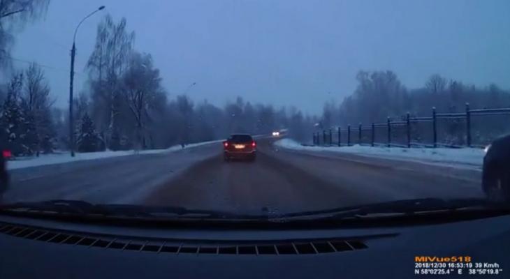 Завертелась и перевернулась: видео экстремального ДТП в Рыбинске