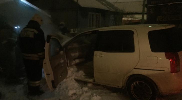 Пламя гасили снегом: в Ярославле сгорел автомобиль