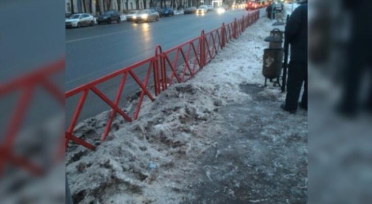 По сугробам на костылях: рассказали, почему убрали остановку у больницы в Ярославле