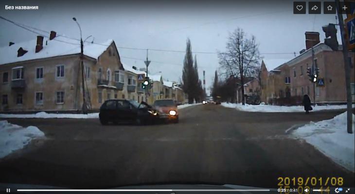 """Две легковушки столкнулись """"лбами"""" на перекрестке в Рыбинске. Видео"""