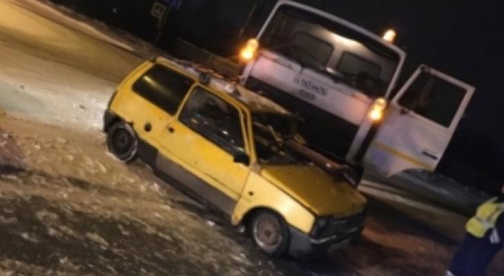 """Снегоуборочный """"МАЗ"""" ночью влетел в """"ОКУ"""" под Ярославлем"""