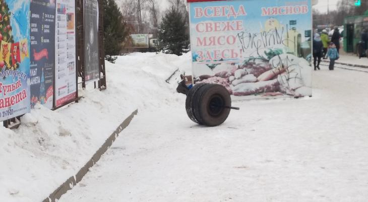 Маршрутка без колес напугала людей на остановке: фото из Рыбинска