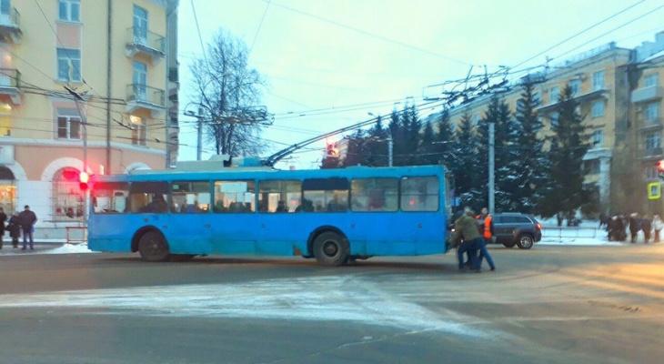 """Держись """"рогатый"""": как пассажиры на себе троллейбус тащили в Рыбинске"""