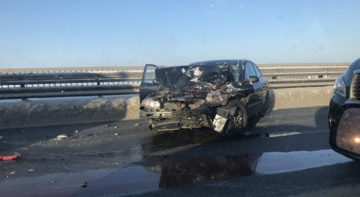Очевидцы в шоке: авто вдребезги разлетелось по мосту в Ярославле
