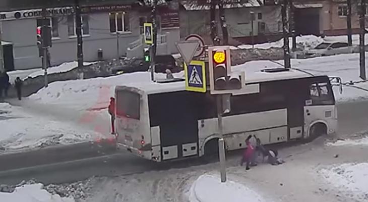 Слезы и крик матери: малышка попала под колеса маршрутки в Ярославле. Видео