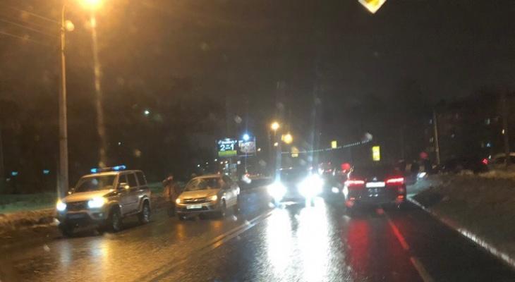 Авто сбило человека в Дзержинском районе: кадры с места ДТП