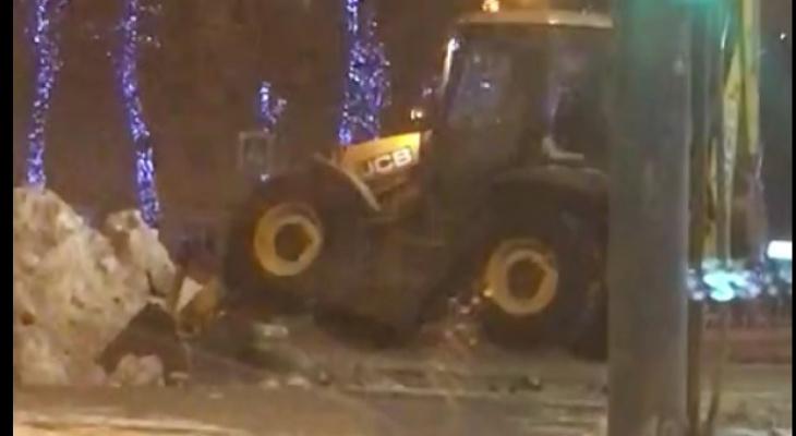 """""""Как рак лапками"""": за странным занятием застали снегоуборочный трактор ярославцы. Видео"""