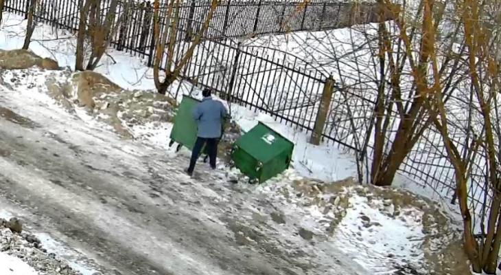 Кричали и громили баки: помойную революцию устроили жители Рыбинска