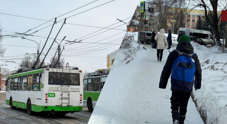 По льду затащило под троллейбус: водитель спас ребенка в Ярославле