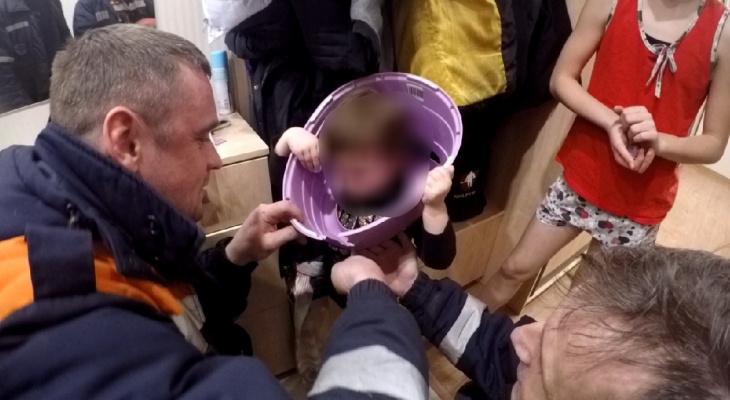 Малышка из Ярославля застряла головой в горшке: кадры спасения
