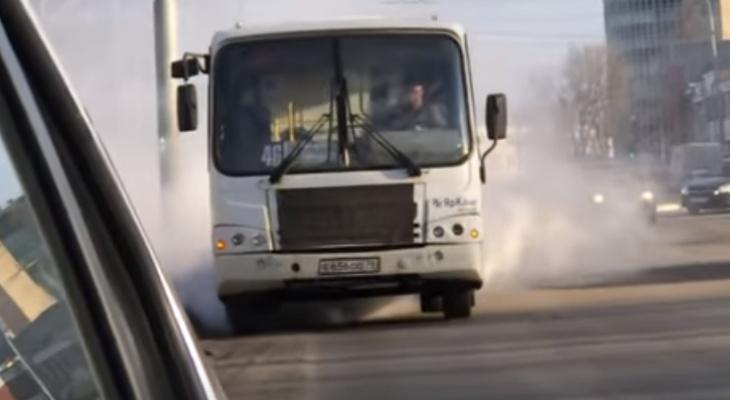 Дымится, но едет: видео с опасной маршруткой напугало ярославцев