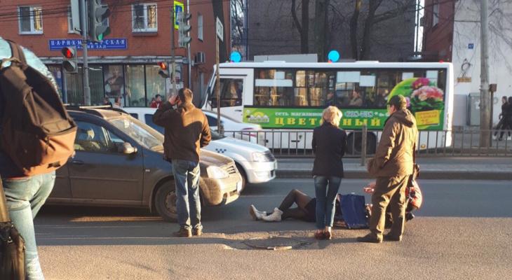 Лежала в крови на дороге: на переходе в центре Ярославля сбили женщину