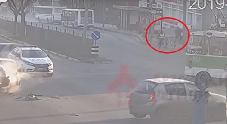 Удирающий от гаишников неудачник протаранил микроавтобус в Ярославле: видео