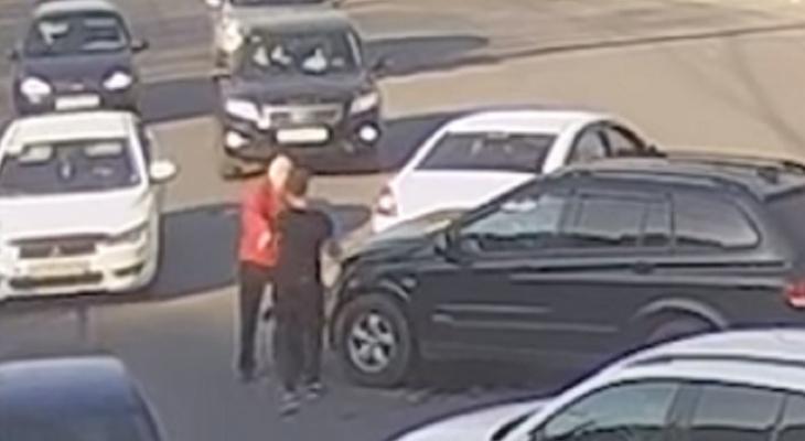 Попавшие в ДТП водители устроили разборки на дороге в Ярославле: видео