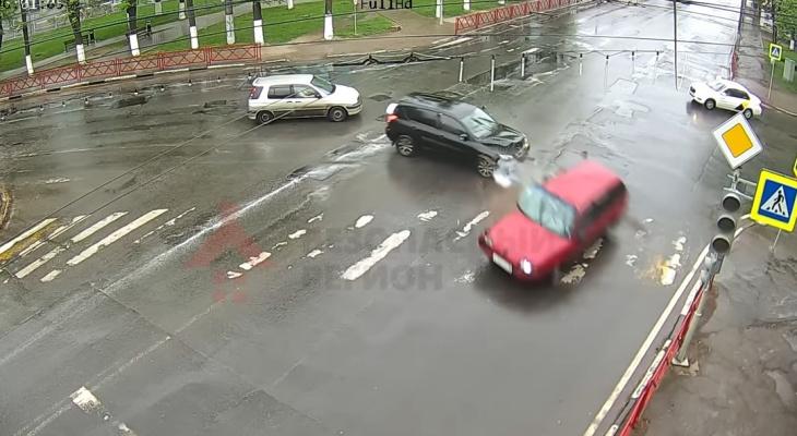 Авто врезалось в светофор и перевернулось на бок: видео ДТП в Ярославле