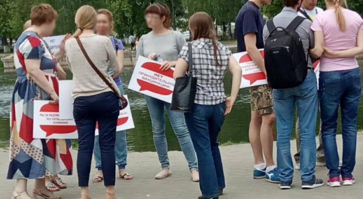 Мамы с плакатами бунтуют против вакцинации: мнение эксперта из Ярославля