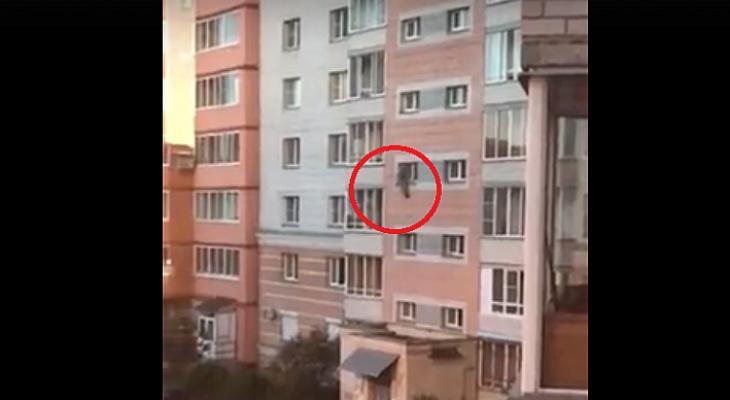 Пальцы соскальзывали с оконной рамы: ребенок завис на четвертом этаже брагинской многоэтажки. Видео