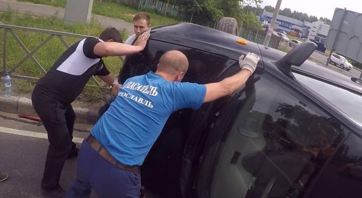 """""""Ладу"""" опрокинуло на бок: кадры с места аварии в Ярославле"""