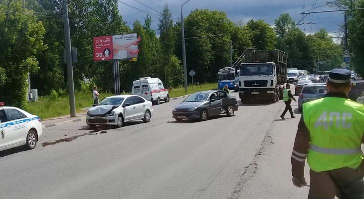 Одного за другим увезли на скорой: авто с детьми попал в ДТП в Ярославле