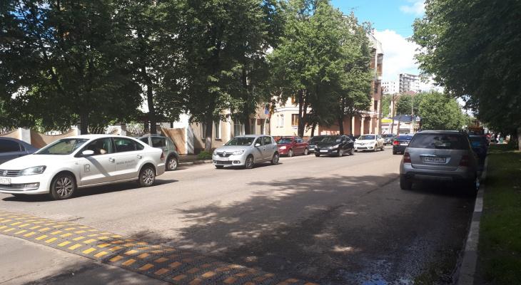 Натяжная дорога и мощные кроты: дыра в асфальте появились в центре Ярославля