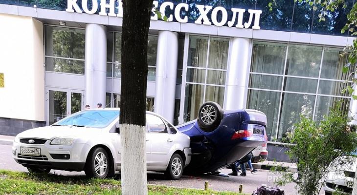 В центре Ярославля перевернулась на крышу полная подростков иномарка