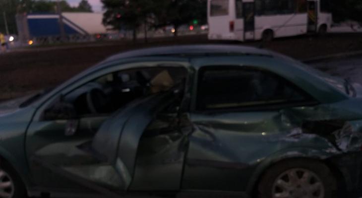 Водитель снес забор и влетел в дерево: пассажиры маршрутки  пострадали в ДТП в Брагино