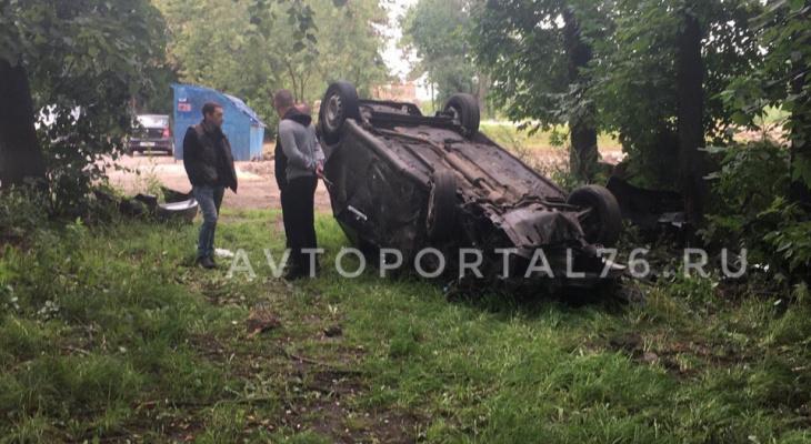 Как в боевике: в Ярославле иномарка сделала сальто, вылетев с дороги. Видео