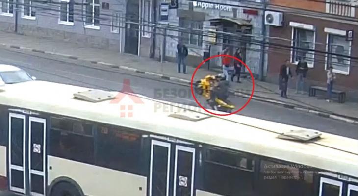 Хотел поразить и разбился: ДТП с байкером в центре Ярославля попало на видео